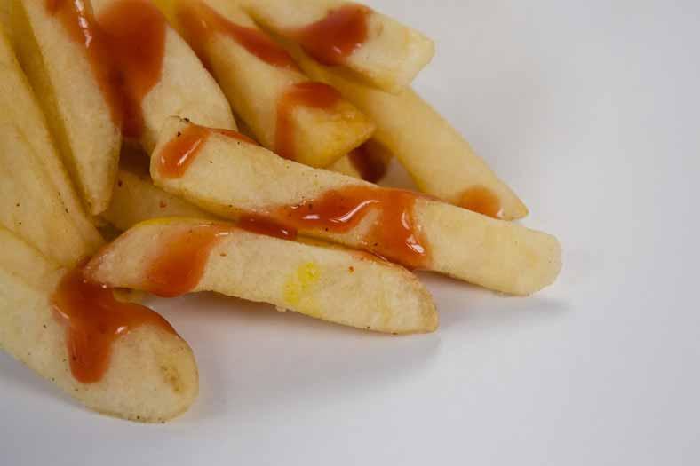 Pommes mit roter Soße